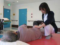 リハビリ風景:作業療法士による関節可動域訓練