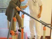 リハビリ風景:理学療法士による階段昇降訓練