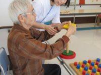リハビリ風景:作業療法士による上肢機能訓練